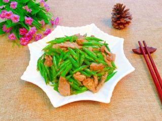 家常小炒四季豆,出锅装盘即可食用。