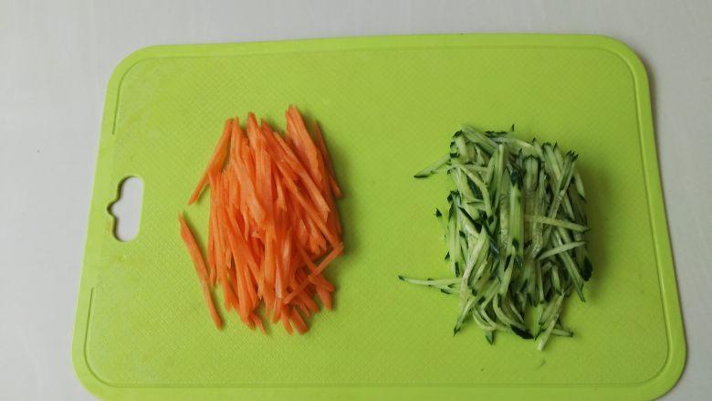 夏天来了,教你一招五分钟调制出爽口小凉菜,黄瓜和胡萝卜洗干净,切成丝备用