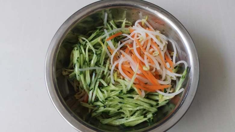 夏天来了,教你一招五分钟调制出爽口小凉菜,黄瓜丝,绿豆芽,胡萝卜丝放入一个大点的盆里