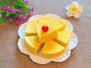 玉米面蒸糕,切成小块即可食用。