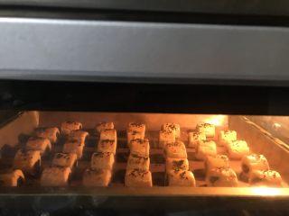 豆沙一口酥,迸进提前预热好的烤箱中层上下火180度25分钟。
