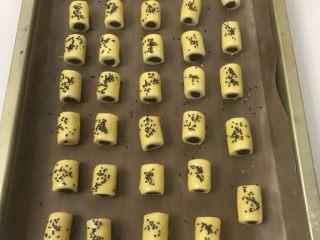 豆沙一口酥,撒上黑芝麻装饰。