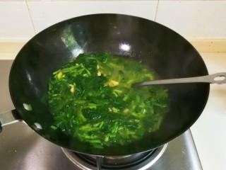 菜油肉丝菠菜汤,拌匀出锅