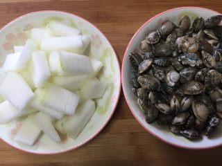 蛤蜊冬瓜汤,冬瓜切小块,蛤蜊洗净备用。
