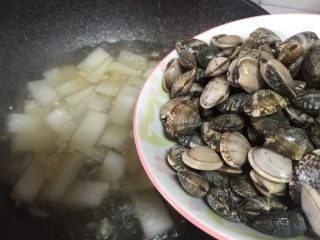 蛤蜊冬瓜汤,汤煮沸后加入蛤蜊