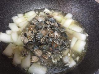 蛤蜊冬瓜汤,盖上锅盖焖煮