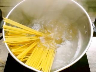 时蔬意大利面,锅入水,水开后放入意大利面煮6~8分钟