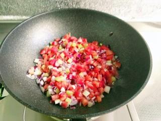 时蔬意大利面,放入洋葱丁、西红柿丁炒香