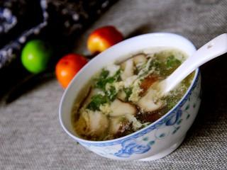 营养汤羹~香菇鸡蛋汤,撒点香菜,就可以盛出来喝了