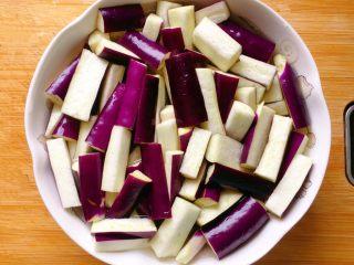肉末茄子,切好泡盐水中,以防氧化