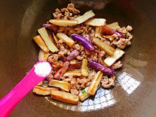 肉末茄子,再加入适量盐翻炒均匀