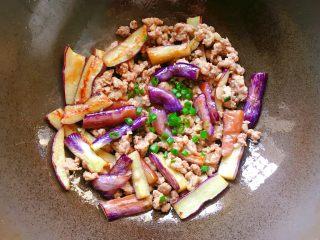 肉末茄子,出锅前撒上葱花即可