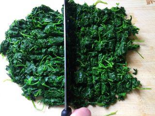草头饼 —— 怎一个香字能形容,竖着再切一刀(千万别剁碎了,目的只是要稍微小一些,所以切这么二刀足矣)