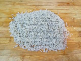 牛肉小笼包,泡好的粉条控干水分剁碎。
