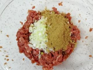 牛肉小笼包,大葱洗干净切成葱花放在肉馅上,放上十三香。