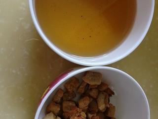 百里香杏鲍菇杂蔬肉丁,猪油熬好了,捞出猪油渣,倒出猪油,锅中留少量底油,改大火,爆香姜蒜