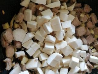 百里香杏鲍菇杂蔬肉丁,倒入杏鲍菇翻炒。