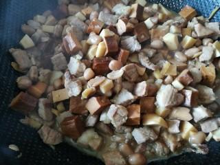 百里香杏鲍菇杂蔬肉丁,加水500克,大火烧开,改小火熬制二十分钟,