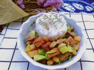百里香杏鲍菇杂蔬肉丁,加上几根百里香,烈日炎炎的夏季里,顿时胃口大开开胃又提神醒脑