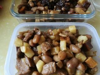 百里香杏鲍菇杂蔬肉丁,盛出2/3,装入干净的乐扣盒,入冰箱冷冻,忙碌日子里加点萝卜黄瓜番茄,营养丰富的便当就有啦