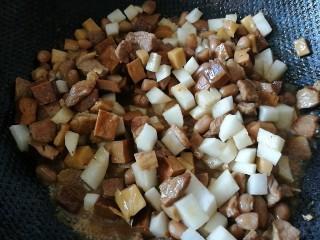 百里香杏鲍菇杂蔬肉丁,在锅中剩下的1/3中加入萝卜丁翻炒,改中火煮五分钟