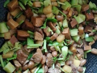 百里香杏鲍菇杂蔬肉丁,加入黄瓜丁、芹菜翻炒