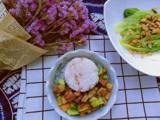 百里香杏鲍菇杂蔬肉丁,搭配杂粮米饭和猪油渣拌蔬菜,就是美味营养的午餐