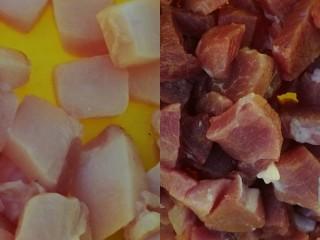 百里香杏鲍菇杂蔬肉丁,猪肉切丁洗净沥干,后腿肉中肥肉单独切出