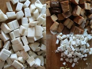 百里香杏鲍菇杂蔬肉丁,将杏鲍菇、豆腐干、萝卜、姜蒜切丁