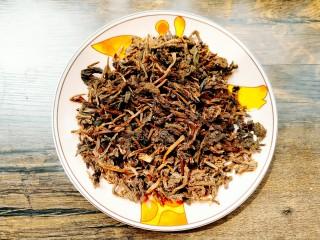 梅干菜,把准备好的梅干菜提前用水浸泡。