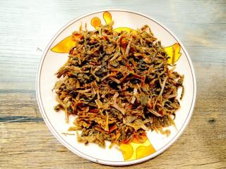 梅干菜,沥干后的梅干菜放盘备用
