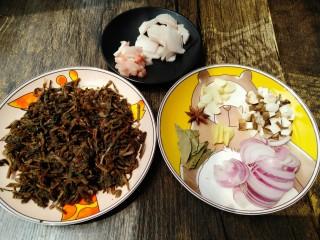 梅干菜,把猪肉、洋葱、姜切丝,香菇切丁、蒜瓣切片。