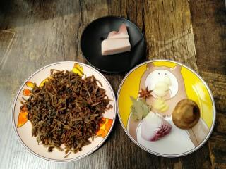 梅干菜,准备猪肉一小块、洋葱、姜、蒜、香菇、香叶、八角。