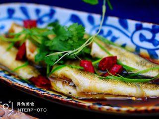 鲜美无比的清蒸南极冰鱼,鲜美无比又营养丰富的清蒸冰鱼就做好了、撒上香菜段即可开始享用了