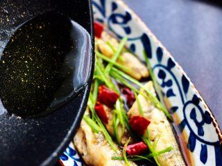 鲜美无比的清蒸南极冰鱼,另起炒锅烧热后倒入花生油烧热后浇到蒸熟的冰鱼即可