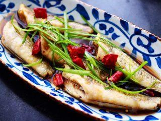 鲜美无比的清蒸南极冰鱼,把蒸好的冰鱼换一个好看一点的盘子里、重新加入葱丝和干辣椒段