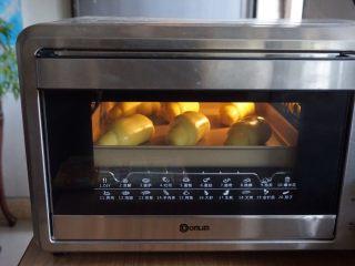 芒果面包卷,放入已经预热好上火170度下火175度的烤箱,烘烤10-12分钟。