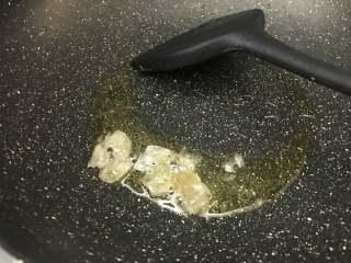 红烧猪蹄,将爆香好的香料取出,油剩在锅中,加入适量冰糖,中小火加热至融化。
