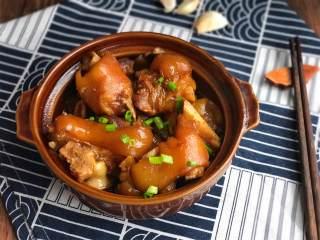 红烧猪蹄,出锅,撒上葱花点缀,开吃咯