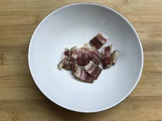上汤螺蛳 ,火腿肉切片。