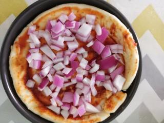 自制披萨,然后撒上洋葱碎