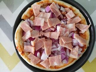 自制披萨,再铺上培根