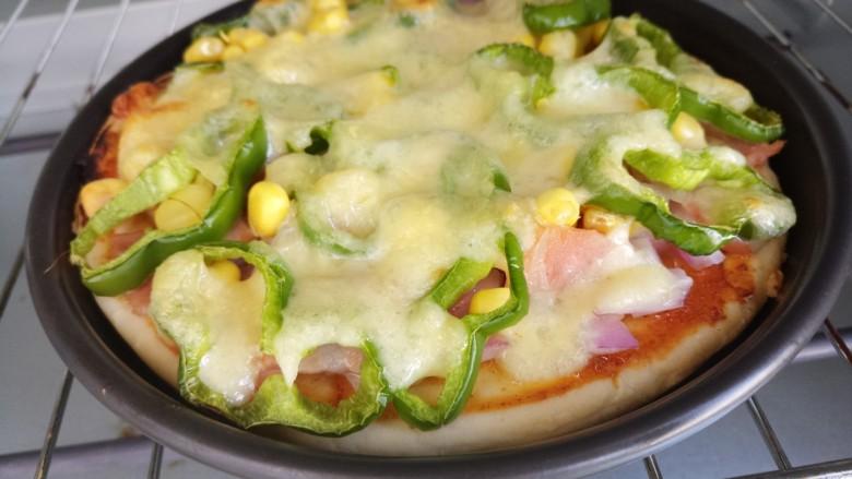 自制披萨,烤好的披萨,芝士都融化在上面