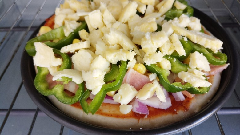 自制披萨,入烤箱烤,200度上下火,烤15分钟左右