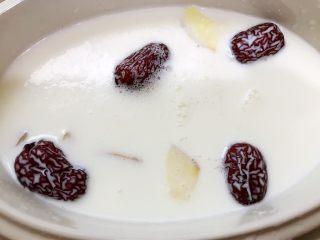 红枣枸杞花胶奶冻,加入牛奶 隔水炖2个小时