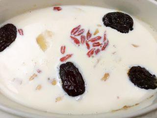 红枣枸杞花胶奶冻,炖至剩30分钟时加入枸杞