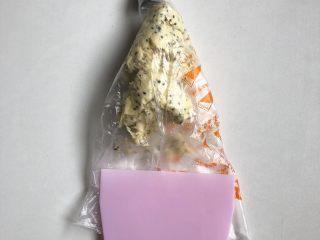 黑芝麻咸香曲奇,装入套上裱花嘴的裱花袋,用刮板刮平