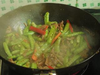 豌豆烧牛肉,加入豌豆翻炒两分钟