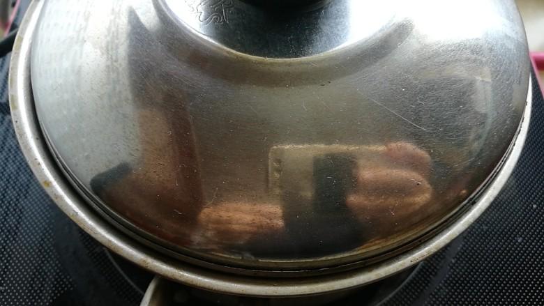 夏日消暑,芒果西米露,浸泡二十分钟,小火煮开,边煮边不停搅拌