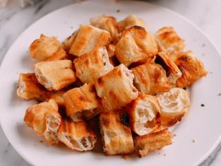 油条牛柳,油条切成两寸,放烤箱烤到稍微酥脆。